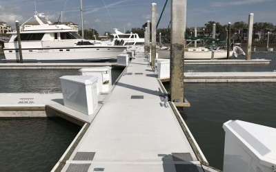 Marinetek's Heavy Duty series floating concrete pontoons were used throughout to create 2,4 m wide main piers and 1,6 m wide finger piers.